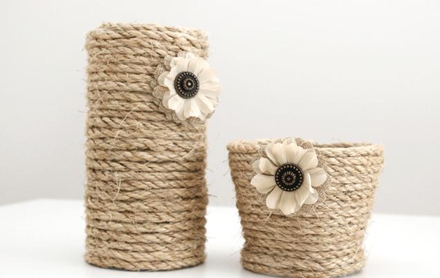 Đính thêm một vài bông hoa để tạo điểm nhấn cho lọ (Nguồn: Internet)