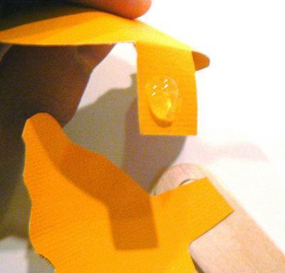 Thao tác tạo hình cánh hoa hồng cho bookmark handmade (Nguồn: Internet)
