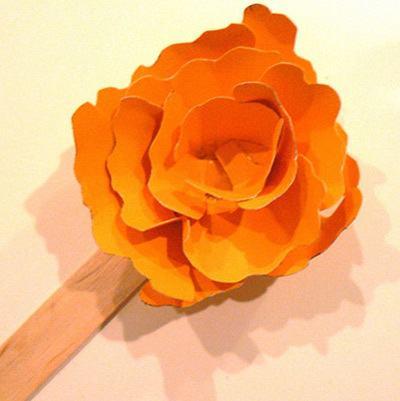 Tiếp tục cắt cánh hoa và cố định lên que kem (Nguồn: Internet)