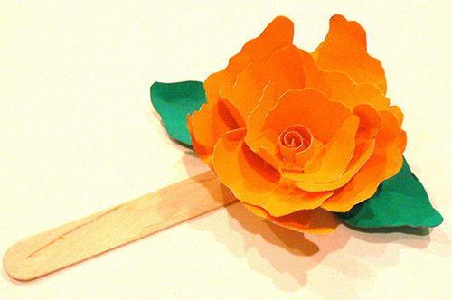 Cắt giấy bìa màu xanh thành hình chiếc lá và cố định xuống bên dưới bông hoa (Nguồn: Internet)
