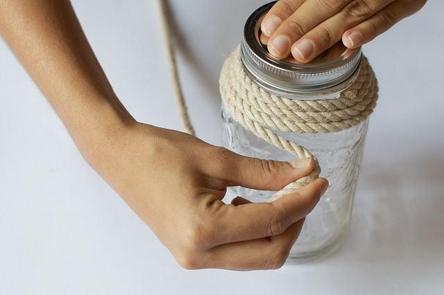Thao tác quấn dây thừng cho lọ thuỷ tinh làm đèn treo handmade (Nguồn: Internet)
