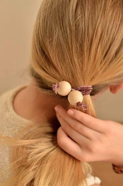 Chúng ta có thể dễ dàng tạo ra thêm thật nhiều chiếc dây buộc tóc hạt gỗ với màu sắc khác nhau (Nguồn: Internet)