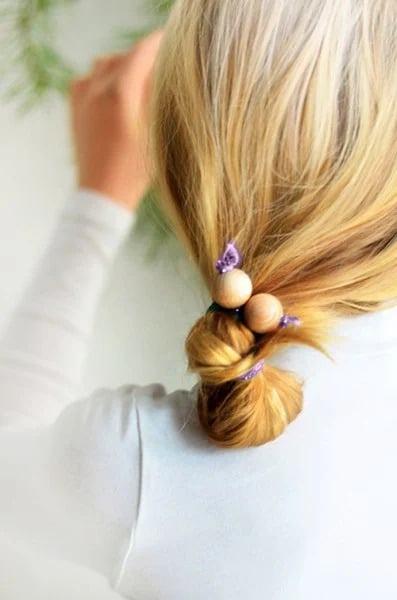 Dây buộc tóc handmade với hạt gỗ cũng là một món quà tặng cực kỳ ý nghĩa (Nguồn: Internet)