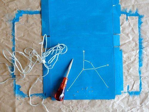 Đục lỗ để luồn dây đèn LED tại vị trí các ngôi sao đã vẽ (Nguồn: Internet)