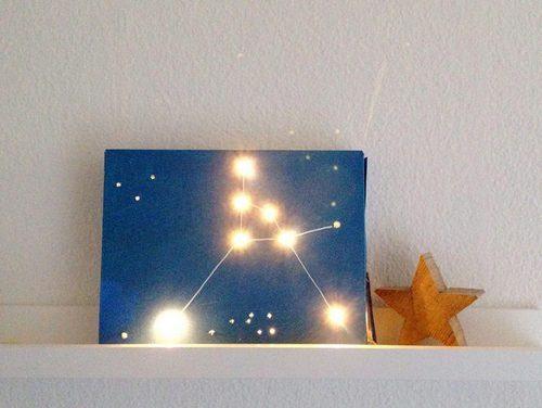 Đèn ngủ cung hoàng đạo tỏa ra ánh sáng vàng dịu nhẹ (Nguồn: Internet)