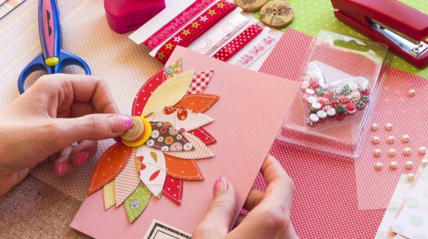 Tự tìm tòi và trang bị kiến thức về nguồn gốc, ý nghĩa và cách phối màu sắc là việc cần làm đầu tiên nếu các bạn muốn kinh doanh đồ handmade (Nguồn: Internet)