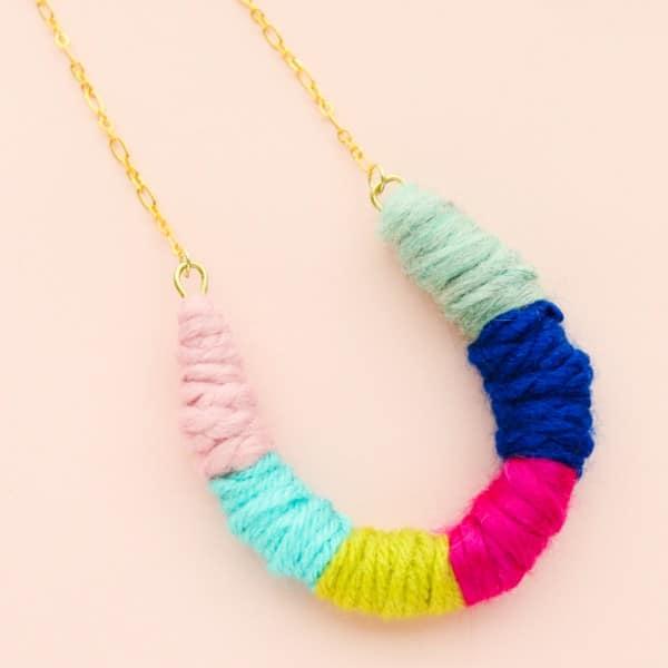 Chiếc vòng cổ handmade được chế tạo từ những sợi len màu là thành phẩm mà chúng ta thu được (Nguồn: Internet)