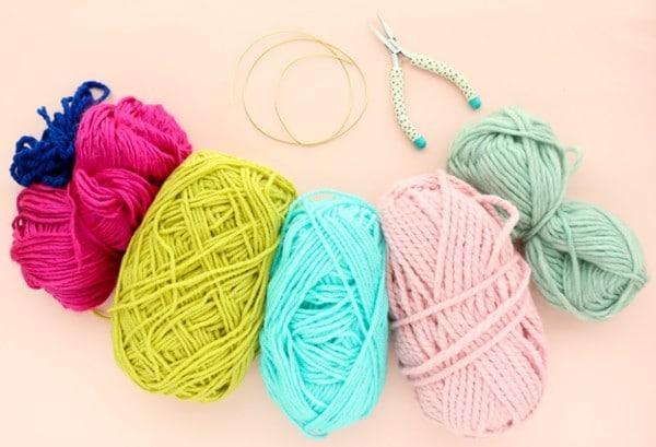 Chuẩn bị nguyên liệu, dụng cụ để làm vòng cổ handmade từ sợi len (Nguồn: Internet)
