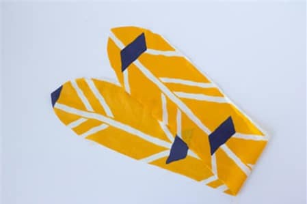 Cắt vải tạo hình cho chiếc băng đô handmade (Nguồn: Internet)