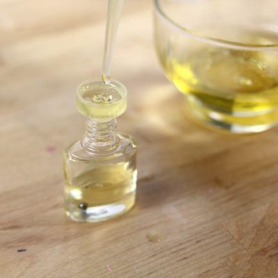 Đổ toàn bộ hỗn hợp tinh dầu dưỡng móng tay thu được sang lọ đựng đã chuẩn bị (Nguồn: Internet)