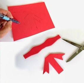 Cắt rời hình mẫu đã chuẩn bị và ướm chúng lên tấm xốm để vẽ và cắt theo (Nguồn: Internet)