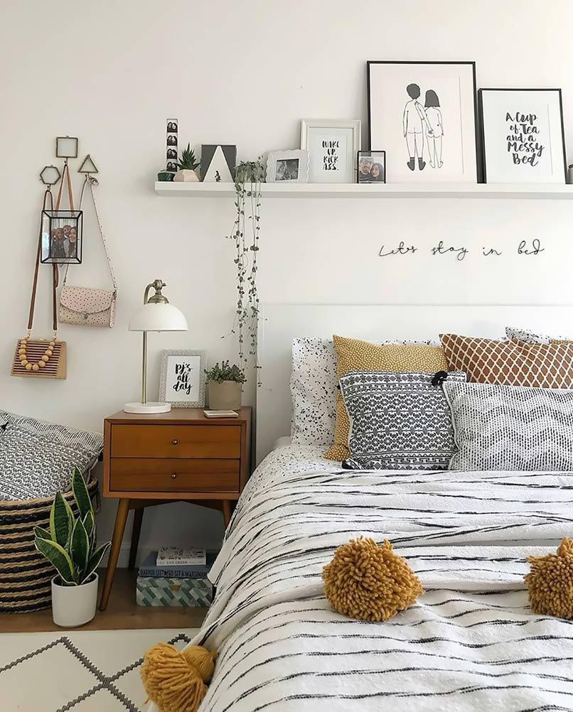 Đặt trên tủ đầu giường những món đồ handmade mà bản thân ưa thích là một ý tưởng trang trí phòng ngủ không tồi (Nguồn: Internet)