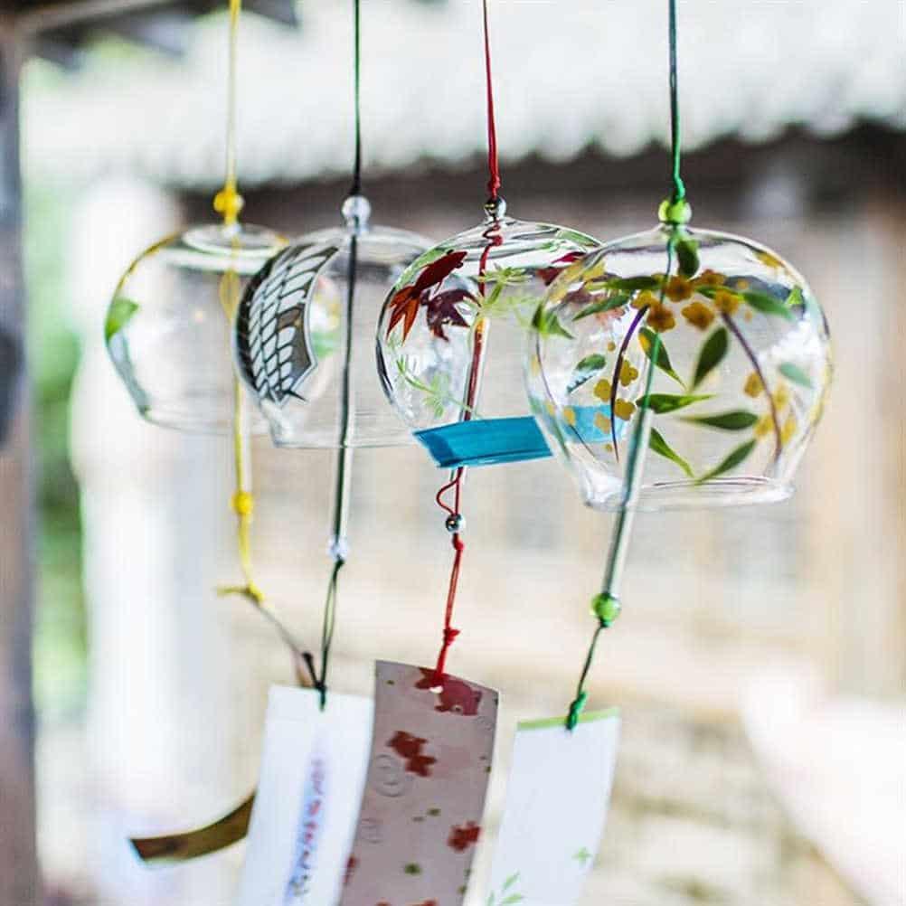 Khu vực cửa sổ là nơi đón nắng, gọi gió nên thích hợp với những đồ vật trang trí handmade dạng treo (Nguồn: Internet)