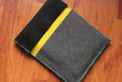 Đặt laptop vào túi và đóng nắp lại là chúng ta đã có ngay chiếc túi đựng laptop mềm mại, đáng yêu để bảo vệ máy tính (Nguồn: Internet)