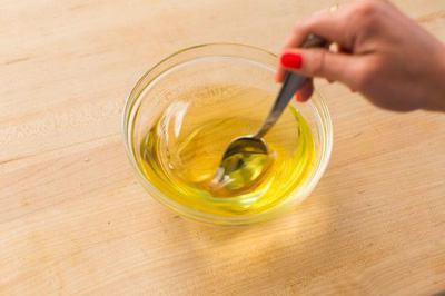 Đặt bát đựng hỗn hợp bơ và tinh dầu vào tủ lạnh khoảng 30 - 60 phút (Nguồn: Internet)