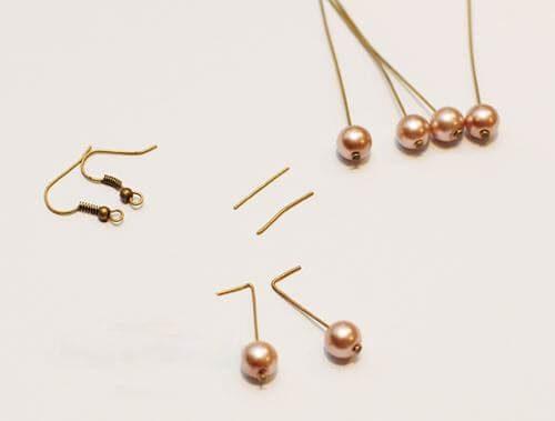 Xỏ các hạt cườm vào ghim chuyên dụng và dùng kìm cắt bỏ khoảng 1.5cm chiều dài ghim, sau đó uốn cong một đầu ghim thành góc 90 độ (Nguồn: Internet)
