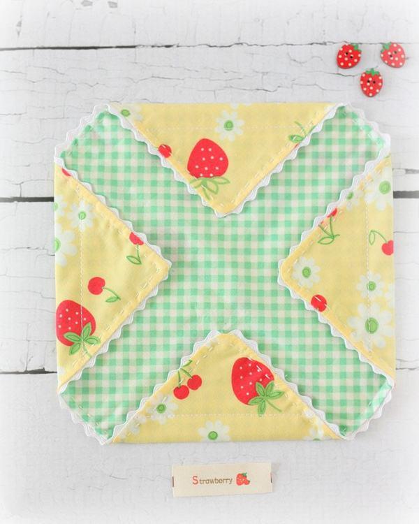 Các bạn gấp các góc vải tạo thành 04 hình tam giác rồi khâu trên đó những đường thẳng cách mép vải khoảng 1.3cm (Nguồn: Internet)