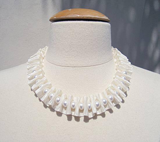 Chiếc vòng cổ ngọc trai kết ruy băng mang vẻ đẹp sang trọng, quyến rũ nhưng không kém phần tinh tế, nhã nhặn (Nguồn: Internet)