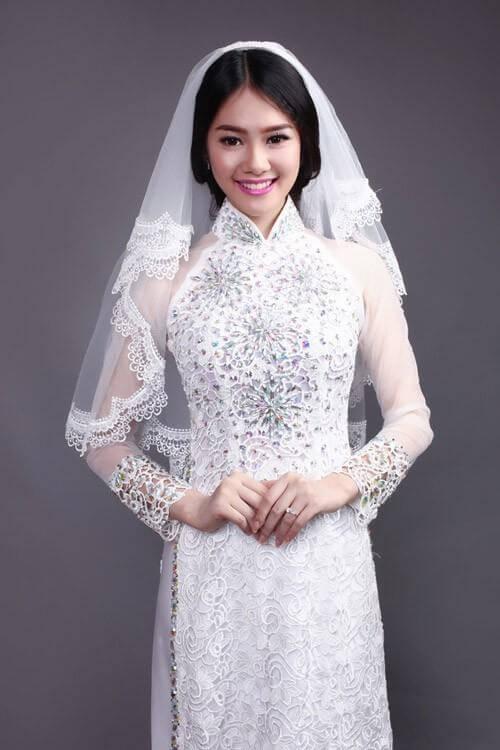 Ủi đá lên áo dài cô dâu (Nguồn: Internet)