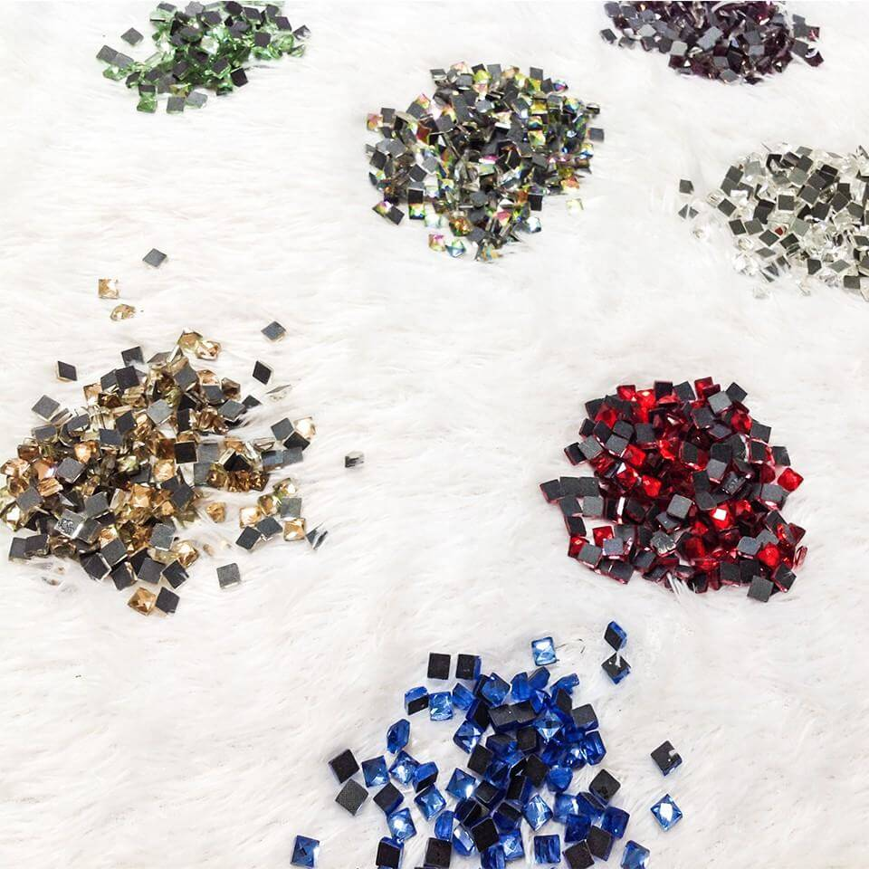Có rất nhiều mẫu đá ủi khác nhau như đá ủi hình tròn, hình vuông, hình giọt nước, hình tam giác, hình pha lê,... (Nguồn: Internet)