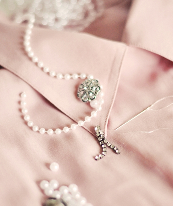 Quấn chuỗi hạt ngọc trai cỡ nhỏ quanh các cúc áo (Nguồn: Internet)
