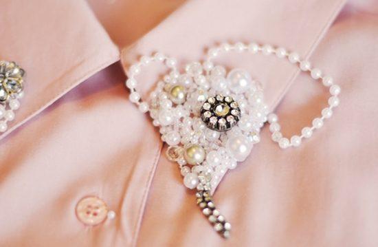 Tiếp tục quấn chuỗi hạt ngọc trai để tạo thành một mảng hạt kín trên cổ áo (Nguồn: Internet)