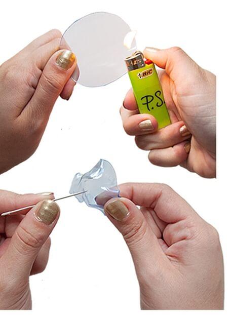 Cắt chai nhựa để lấy 02 hình tròn rồi dùng bật lửa hơ cho nhựa chảy ra thành hình bông hoa (Nguồn: Internet)