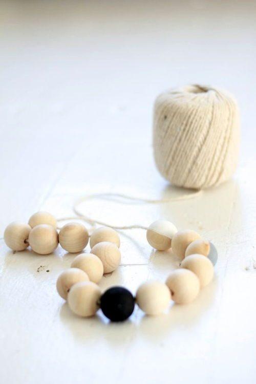 Xâu chuỗi các hạt cườm với nhau bằng dây dù (Nguồn: Internet)