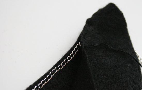 Cố định dây chuyền vào mặt sau của lá cổ (Nguồn: Internet)