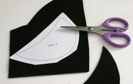 Cắt giấy thành hình lá cổ rồi áp lên vải nỉ để có được một hình tương tự (Nguồn: Internet)